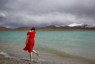 终于知道为什么去西藏穷游的女孩子都喜欢穿裙子了